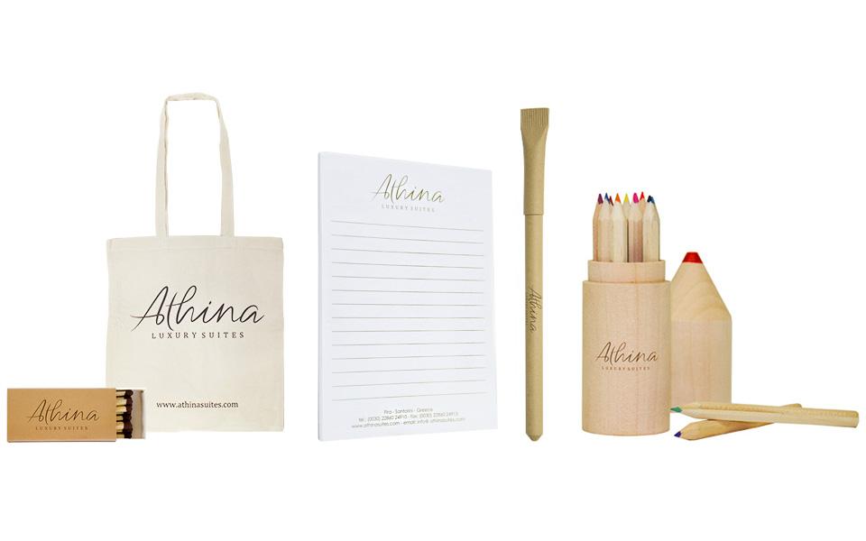 Τσάντα, μλοκ, στυλό και σετ με ξυλομπογιές για το Athina.Σύγχρονες και έξυπνες λύσεις διαφημιστικών και εταιρικών δώρων για ξενοδοχειακές επιχειρήσεις από την Xerikos Advertisign Gifts.