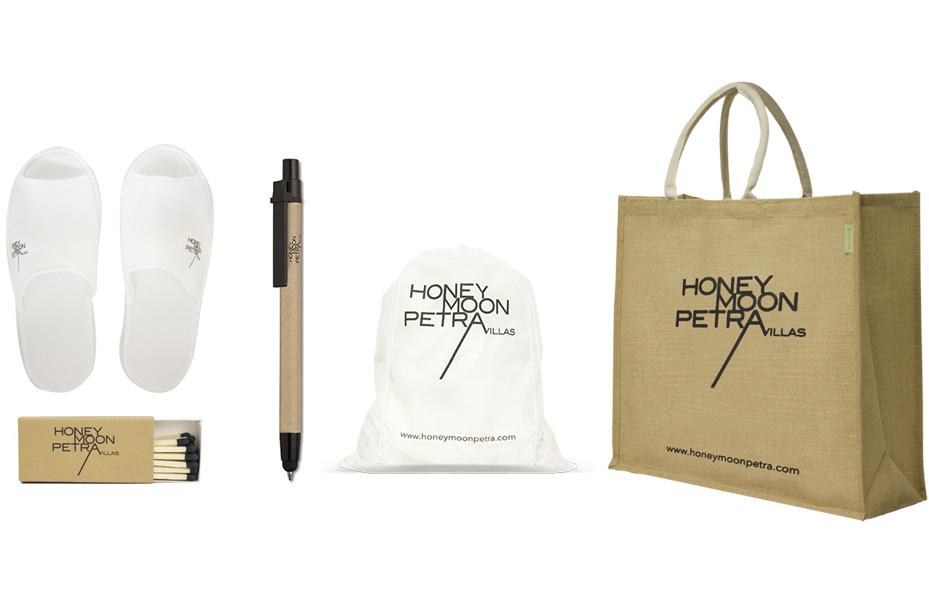 Οικολογική τσάντα, laundry bag, παντόφλες, στυλό και σπίρτα για το Honeymoon Petra.Σύγχρονες και έξυπνες λύσεις διαφημιστικών και εταιρικών δώρων για ξενοδοχειακές επιχειρήσεις από την Xerikos Advertisign Gifts.