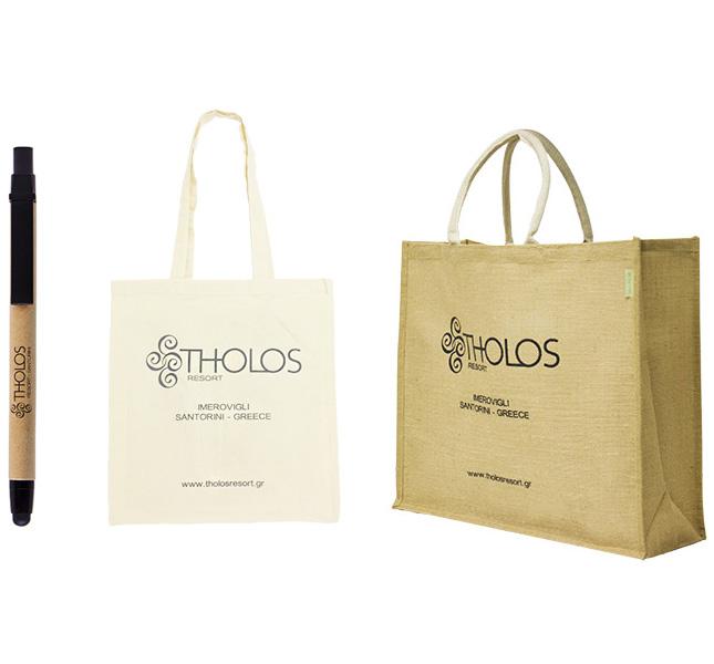 Τσάντες και στυλό με εκτύπωση εταιρικού λογοτύπου για το Tholos. Σύγχρονες και έξυπνες λύσεις διαφημιστικών και εταιρικών δώρων για ξενοδοχειακές επιχειρήσεις από την Xerikos Advertisign Gifts.